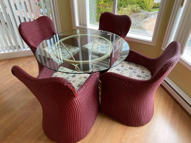 Round glass table with 4 Wicker chairs