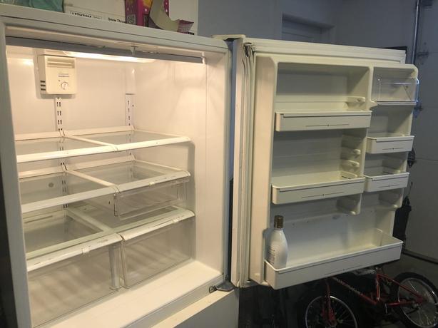 FREE: Working fridge with lower freezer