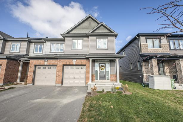 Beautiful 3 Bed End Unit Townhome in Half Moon Bay, Barrhaven!