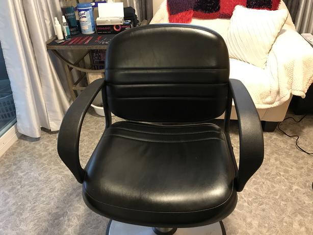 Hydraulic hairdressing chair.