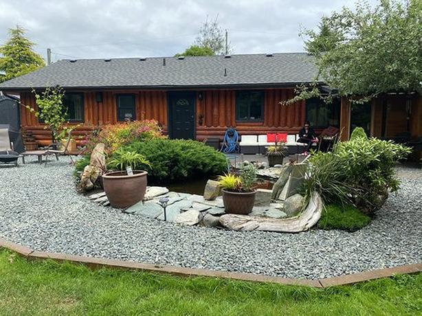 Dec rates 3bd rm Sooke Log House Cabin (pet friendly)