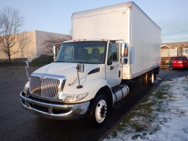 2008 International 4300 3 Seats 24 Foot Cube Van Diesel with Air Brakes and Powe