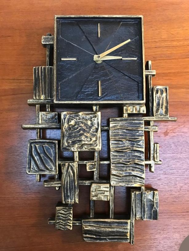 SYROCO 1968 - MID CENTURY BRUTALIST VINTAGE HANGING WALL CLOCK. WORKING.