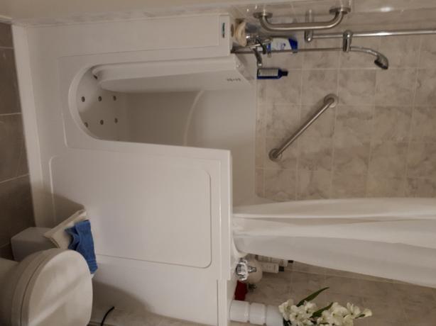 Walkin bathtub/shower