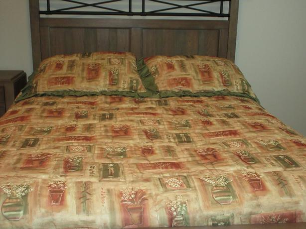 Queen sized bedspread with pillow shams and accent pillow