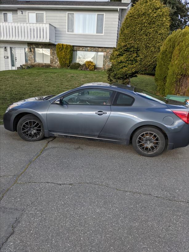 2008 Nissan Altima 6 Speed W/ Two sets of tires, New brakes