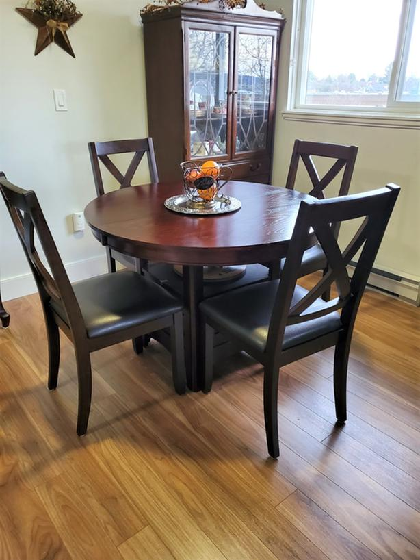 DALTON DINING ROOM TABLE (WITH LEAF) AND 4 CHAIRS