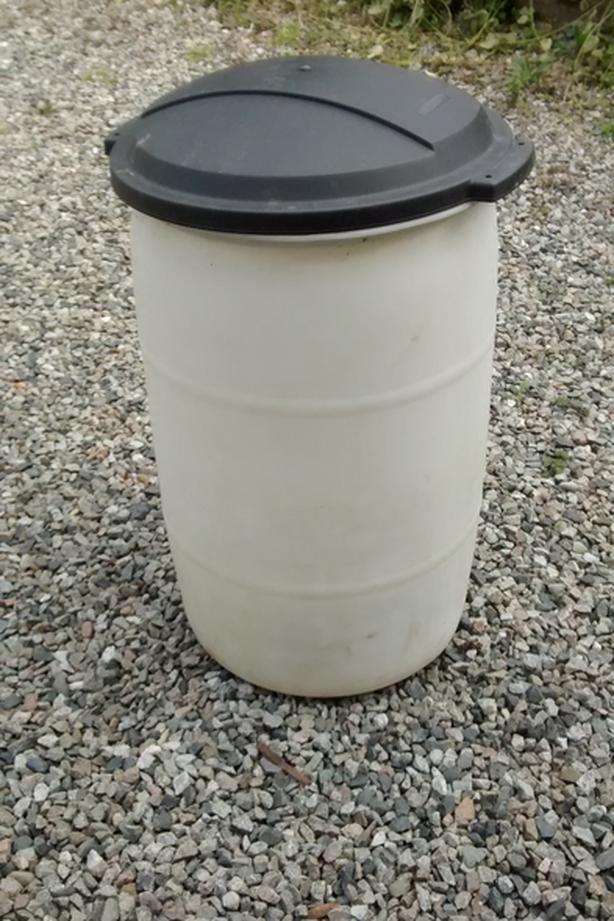 25 Gallon (113 litre) Plastic Rain Barrels with lids