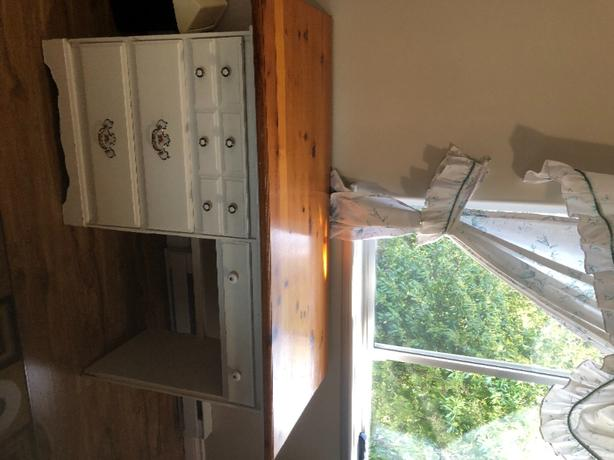 FREE: pretty desk- pending pick up tomorrow