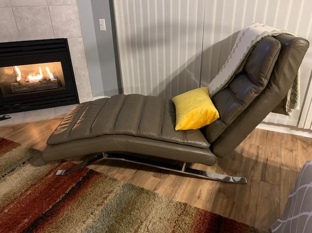 LUXURIOUS leather chaise lounger