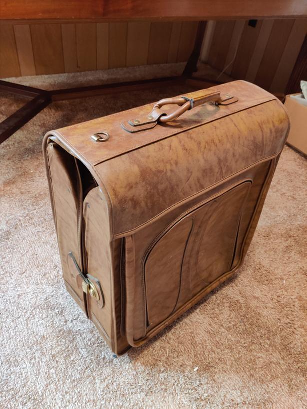 Sturdy, folding, travel garment bag