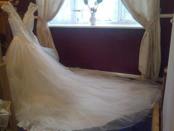 wedding dress size8-10 white/ivory with veil