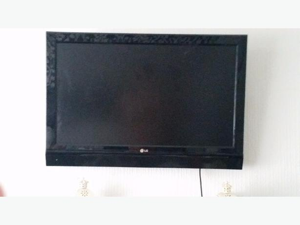 lg 37 flat screen television with wall brackets coseley dudley. Black Bedroom Furniture Sets. Home Design Ideas
