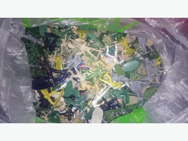 bag of  mixed plastic toy soldiers about 250 £2.50