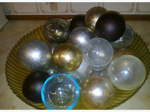 decorative bowl and approx 24 glass spheres