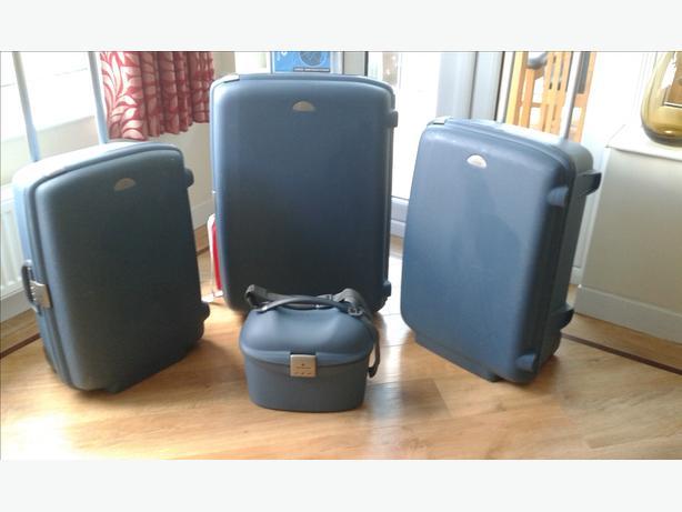 samsonite hard shell suitcases x 3 plus vanity case tipton wolverhampton. Black Bedroom Furniture Sets. Home Design Ideas