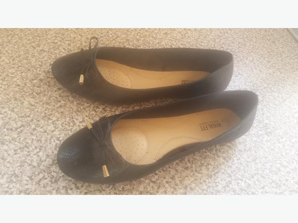 women's shoes size 6 wide fit size 7 with the white  on