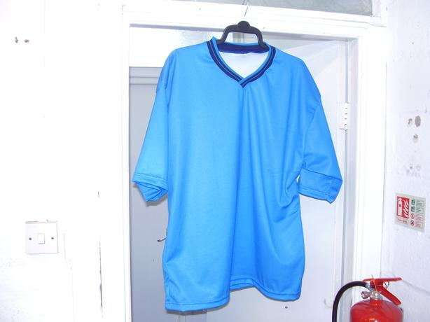 8 XL ADULTS BRAND NEW,XL ADULTS ,S/ SLEEVE FOOTBALL SHIRTS