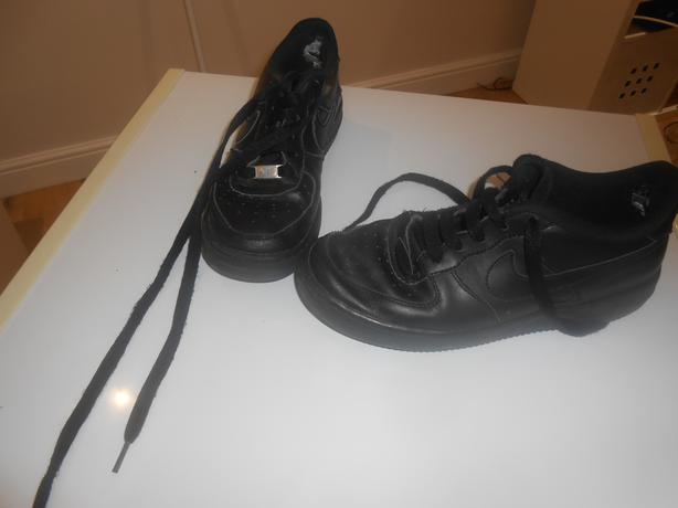 LADIES BLACK NIKE AIR  TRAINERS IN GOOD USED CONDITION