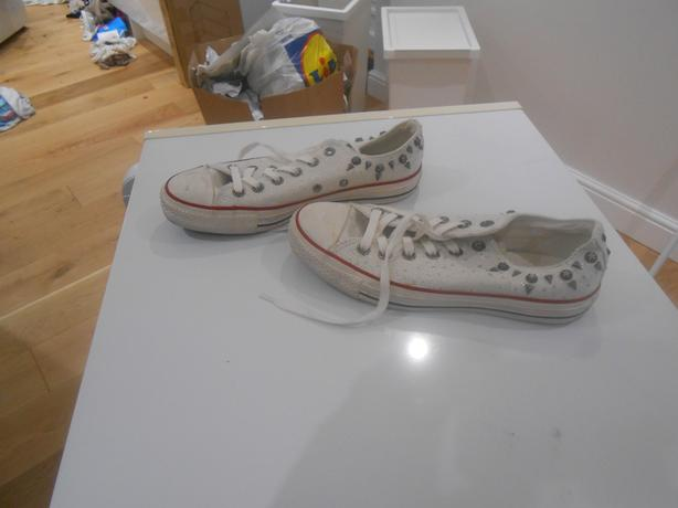 LADIES WHITE CONVERSE  IN EXCELLENT  USED CONDITION