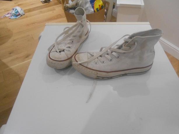 LADIES WHITE CONVERSE BOOTS  IN GOOD USED CONDITION