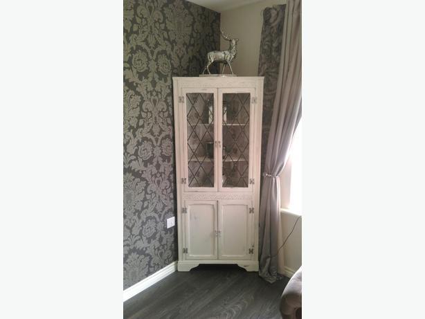 corner cabinet Shabby Chic style.