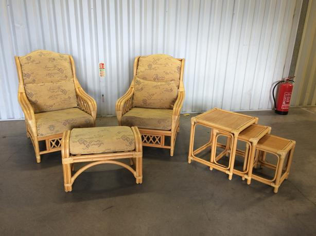 2 wicker chairs + footstool + tables in very good condition // free delivery
