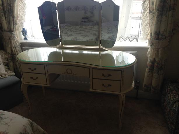 louis VI dressing table