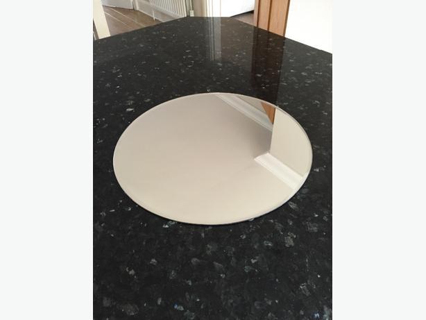 8 circular mirrored plates