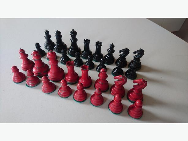 VINTAGE 1950S COLLECTABLE COMPLETE SET LEAD CHESS PIECES DISPLAY DECOR FAB G/C