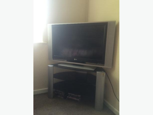 "32"" LG DCD DASP TV with matching stand"