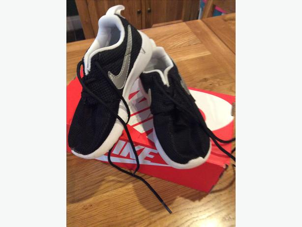 Infant size 8.5 Nike Roshe run trainers in black and silveR