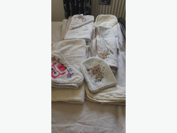 7 BABY HOODED TOWELS AND MITT