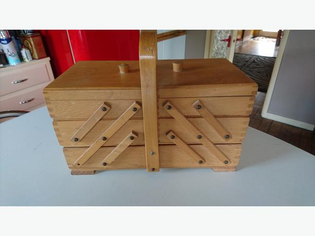 VINTAGE PINE CANTILEVER STORAGE SEWING HOBBIES ARTS & CRAFTS CARRY CASE BOX GC
