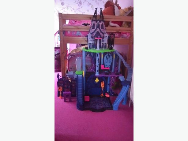 Monster high catacombs play set.