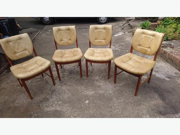 4 MATCHING DATED OCT 78 MID CENTURY DESIGNER BUTTONED LEATHER TEAK CHAIRS