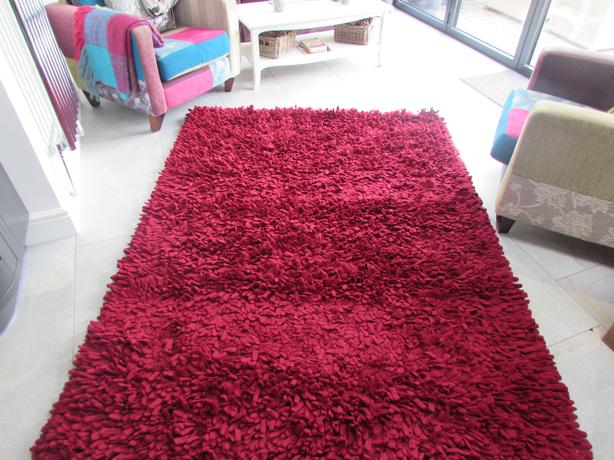 RUG Dreamweavers Cherry Red Chamois Spiky Rug and 2 cushions