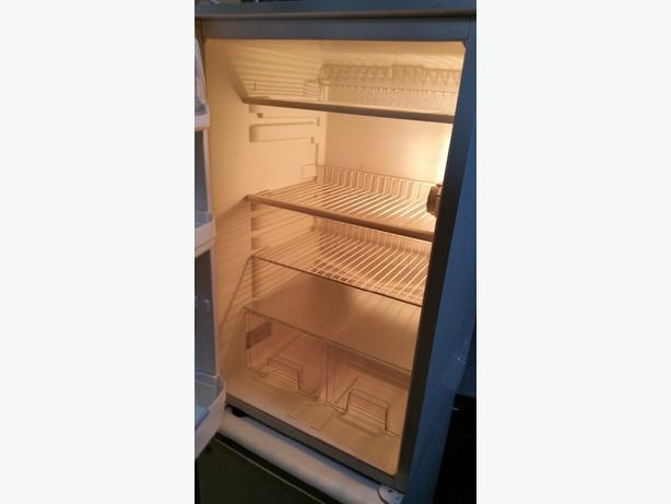 FRIDGE U/COUNTER TYPE. FREESTANDING OR BUILT-IN. WHIRLPOOL. WORKS PERFECTLY  £3