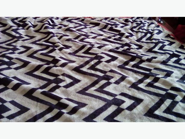 2 x fleece throws 140cm x 125cm. Chevron pattern black  white. Never used
