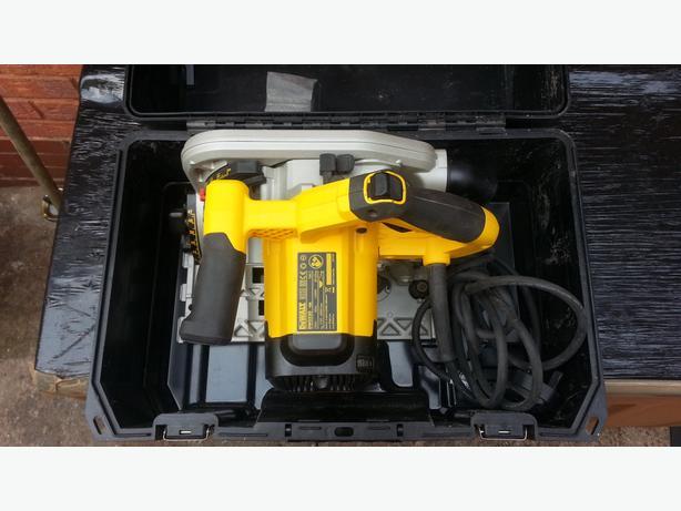 Dewalt DWS520KT Plunge Cut Circular Saw 165mm 240V + 2 x 1.5m Guide Rails