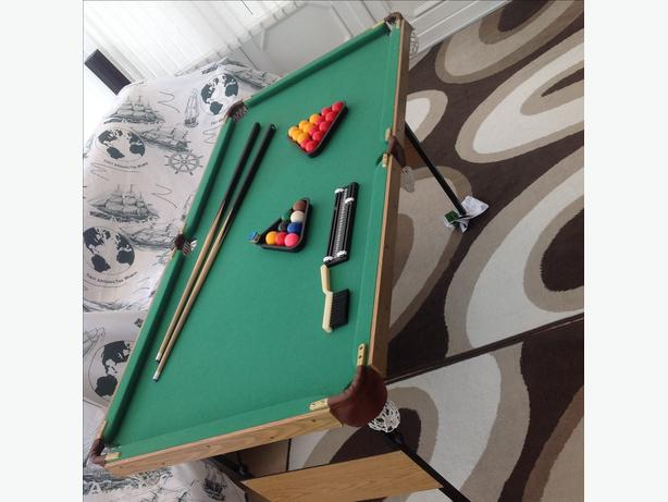 5 ft snooker/pool table with accessories