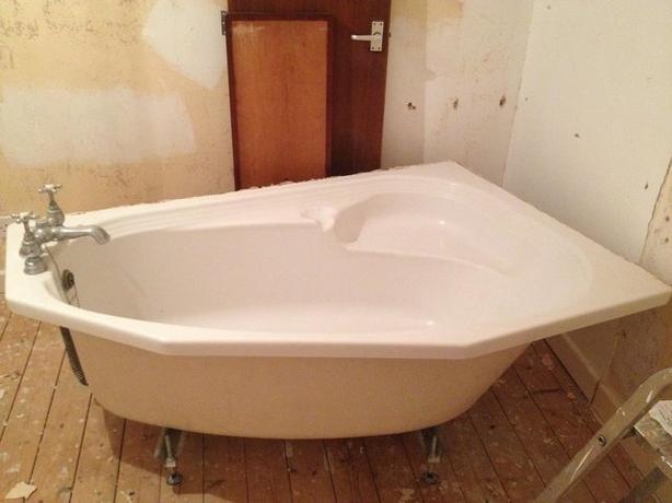 Heritage Offset Corner Bath in White