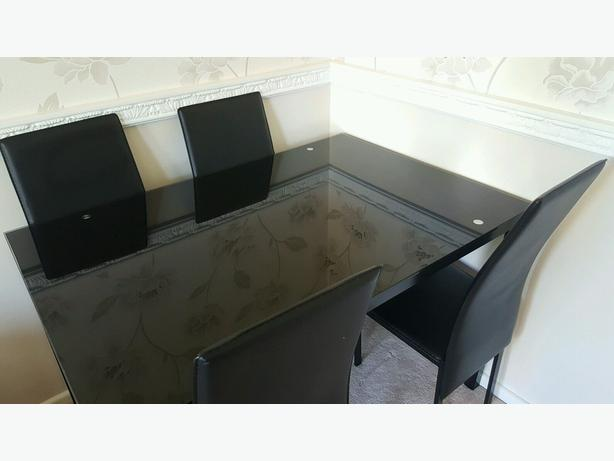 Glass dining table + 4 chairs in very good condition // free delivery