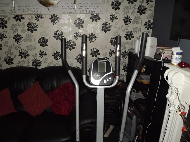 cross trainer/fitness machine