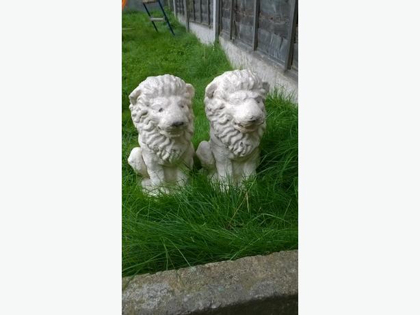 concrete lion statues