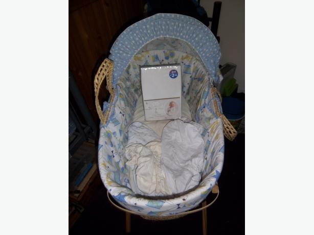 Blue patterned moses basket with stand and some sheets