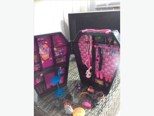 Monster high doll and accesories