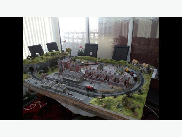 hornby train set and buildings