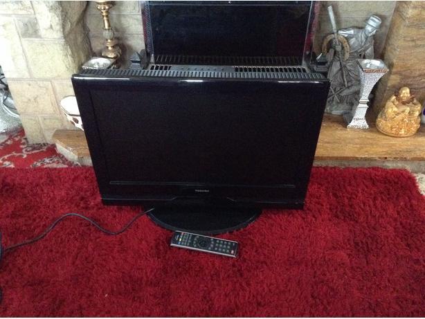 """TOSHIBA T.V & Remote, Screen 27"""" inches."""