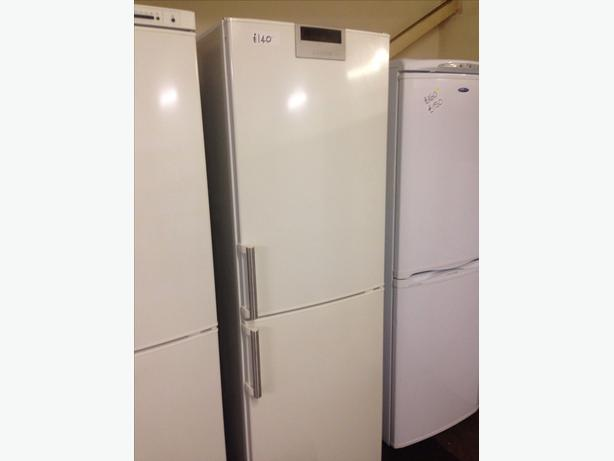 SIEMENS TALL FRIDGE FREEZER00